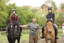 Конната база в село Расник с покана за езда, конни преходи и релакс сред природата